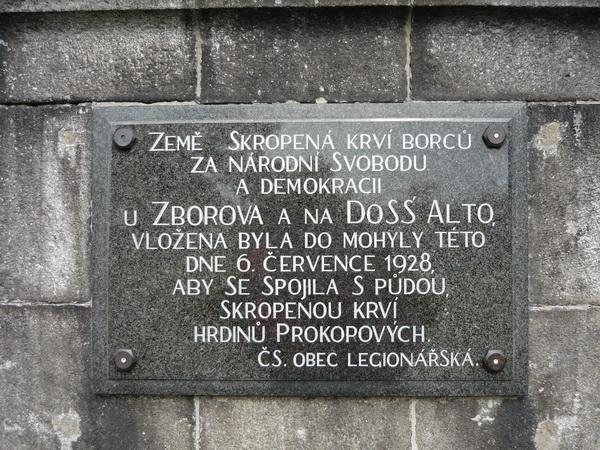 Země skropená krví borců za národní svobodu a demokracii u Zborova a DoSS´ Alto, vložena byla do mohyly této dne 6. července 1928 spolu s půdou, skropenou krví hrdinů Prokopových. (Čs. obec legionářská)